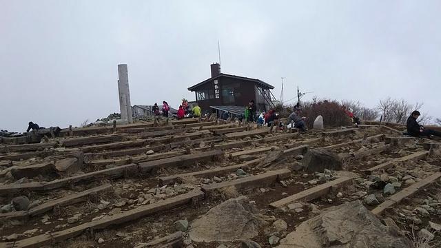 塔ノ岳の山頂東側と尊仏山荘