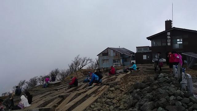 塔ノ岳の山頂西側と尊仏山荘