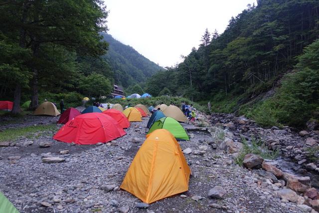 長衛小屋の広いテント場
