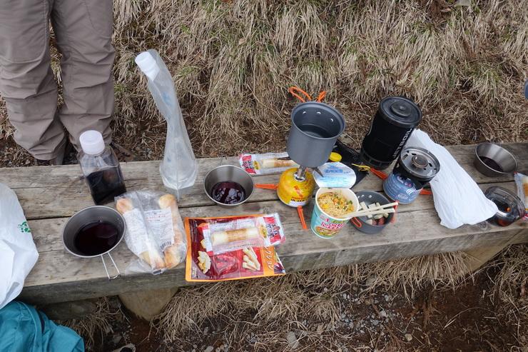 丹沢・大山の山頂で食事