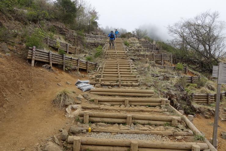 塔ノ岳・花立山荘前の300階段