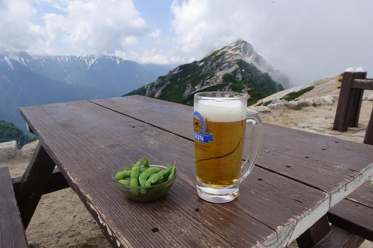 燕山荘のテラスで生ビール