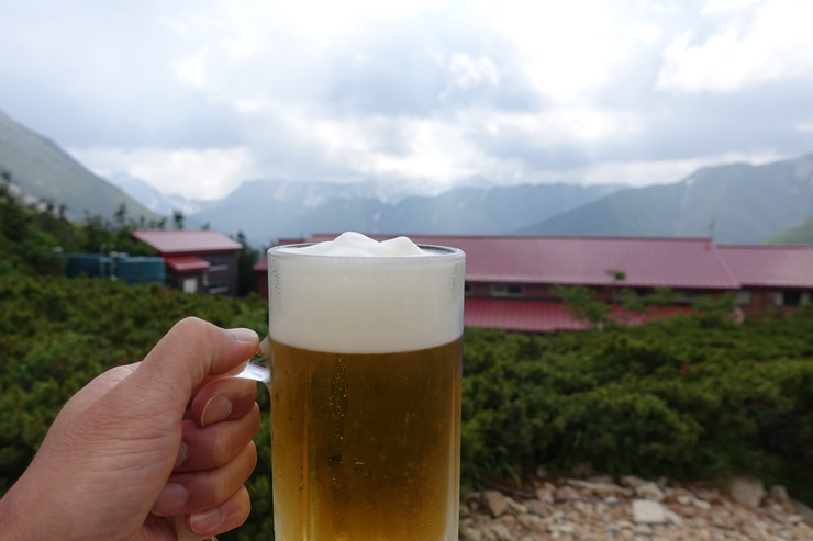 常念小屋で生ビール
