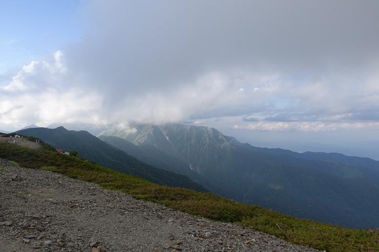 蝶ケ岳ヒュッテのテント場の景色