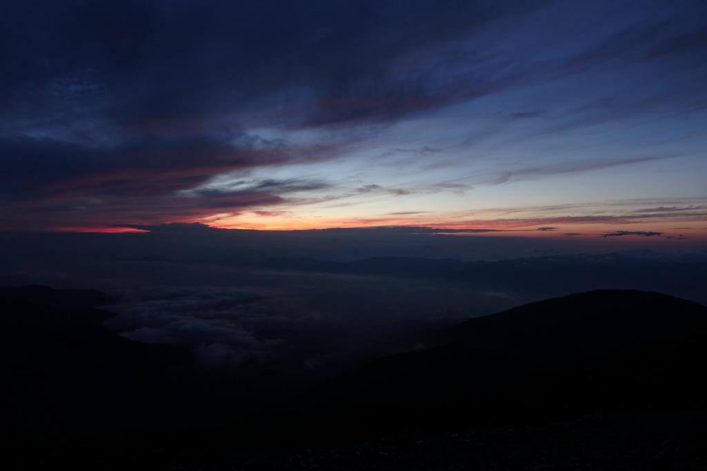 蝶ケ岳のテント場からの夜明け①
