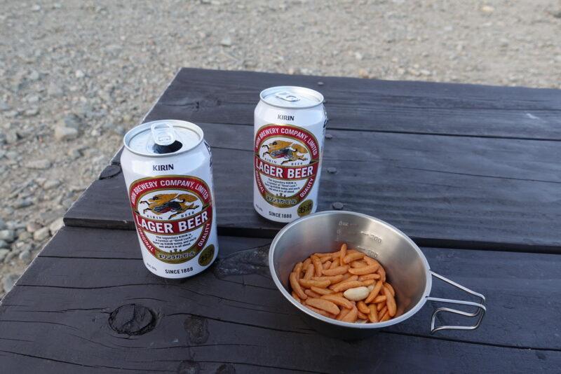 缶ビールと柿ピー