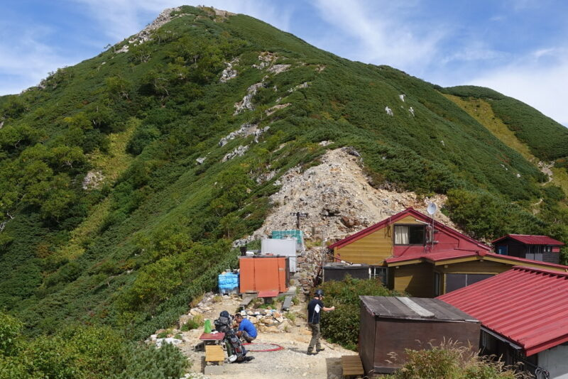 西岳とヒュッテ西岳