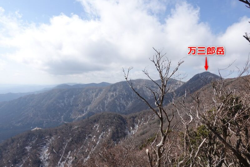 万二郎岳の山頂からの景色(万三郎岳方面)
