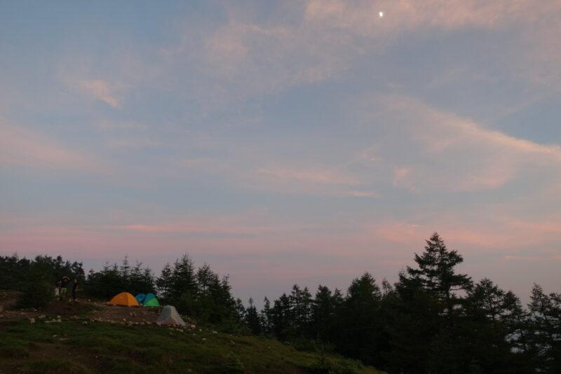 奥多摩小屋のテント場(夕暮れ)