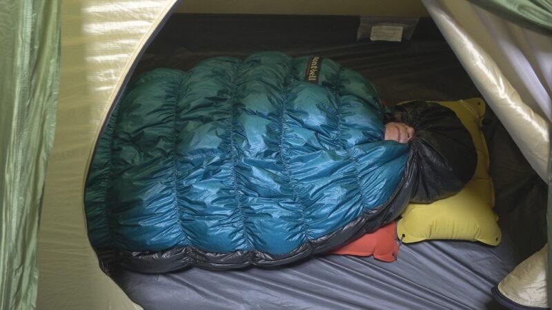 寝袋の首もとのドローコードを完全に絞る