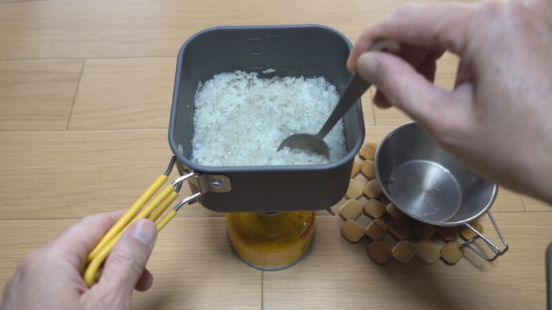 アルファ米のおいしい作り方~手早くスプーンでかき混ぜる