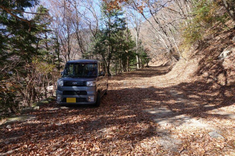 日向山・矢立石登山口の少し先の駐車スペース