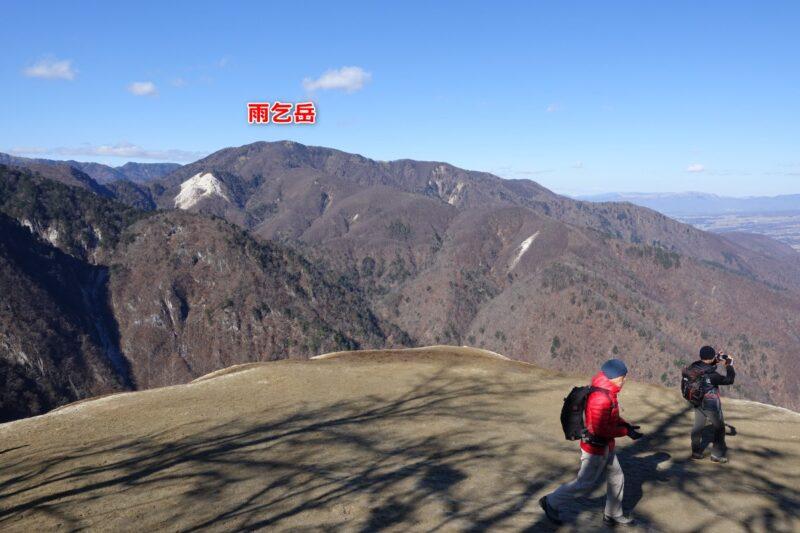 日向山・山頂からの風景(雨乞岳)