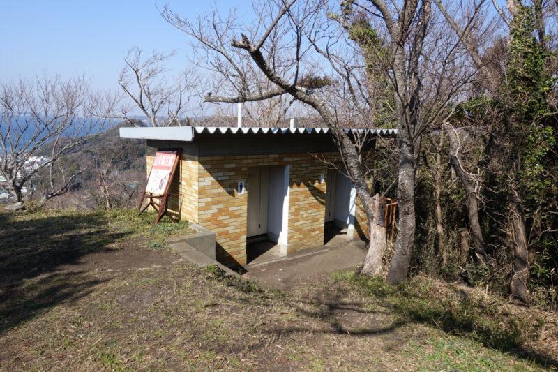 仙元山の山頂のトイレ