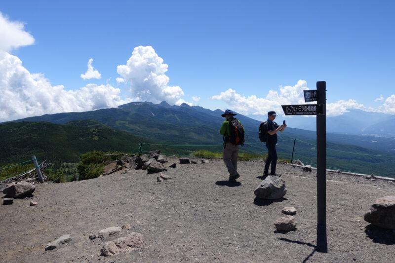 北横岳(南峰)の山頂から眺める南八ヶ岳