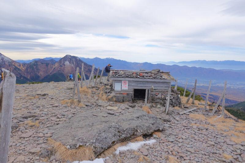 硫黄岳の山頂の避難小屋