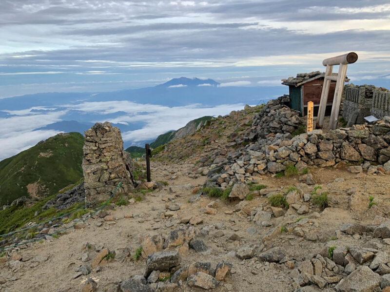 木曽駒ケ岳の山頂と雲海