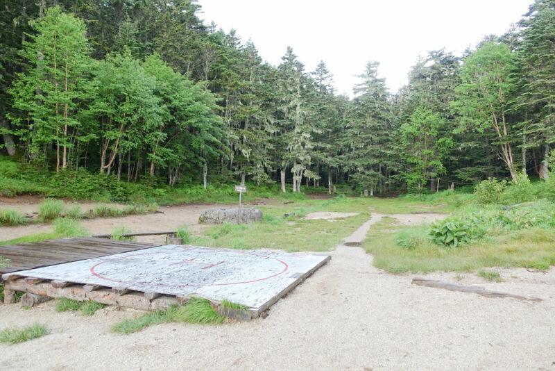 南御室小屋のテント場とヘリポート