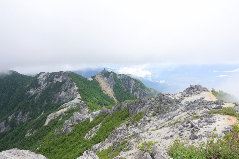 遠くに地蔵岳